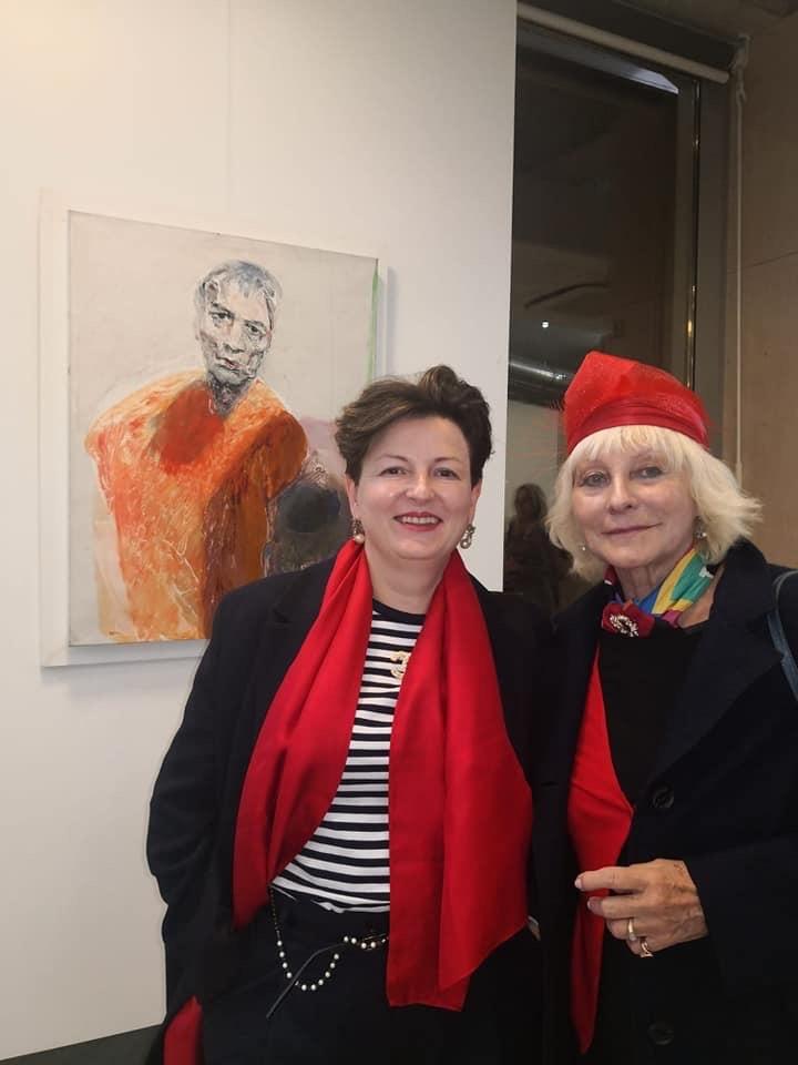 Artiste in mostra, con alle spalle un autoritratto di Ennio Calabria.